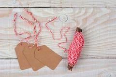 Étiquettes et ficelle de cadeau de Noël Photos stock