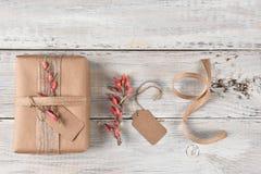Étiquettes et fleurs de cadeau de cadeau de Noël Photo stock