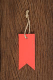 Étiquettes rouges sur la table en bois à vendre et le texte Image stock