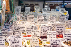 Étiquettes sur un marché de nourriture Photos stock