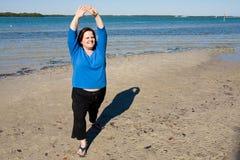 Étirage à la plage Photos libres de droits