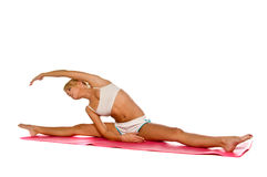 Étirage de femme de yoga Photographie stock libre de droits