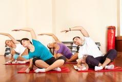 Étirage de groupe de gymnastique Photographie stock