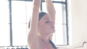 Étirage de l'entraîneur de fille de plan rapproché de yoga dans la maison Images libres de droits