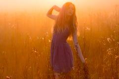 Étirage de la belle fille en brouillard image stock