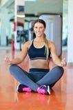 Étirage des exercices de pilates dans le studio de forme physique Image stock