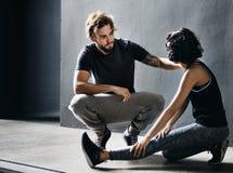 Étirage du concept convenable de Couple Wellness Workout d'athlète Photographie stock libre de droits