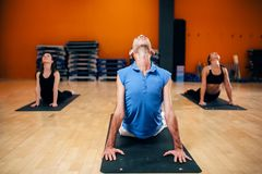 Étirage du groupe féminin de yoga d'exercice avec l'entraîneur Photo libre de droits