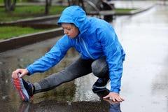 Étirage fonctionnant Plan rapproché des chaussures de course, femme étirant l images stock