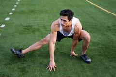 Étirage mâle d'athlète de jeune latino Photographie stock libre de droits