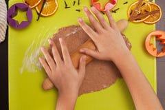 Étirant la pâte de biscuits de Noël - vue supérieure Photo stock