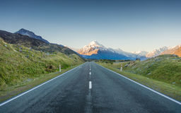Étire la route à la montagne Photo stock