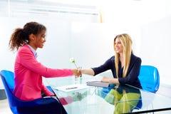 Étnico do aperto de mão da entrevista das mulheres de negócios multi imagem de stock royalty free