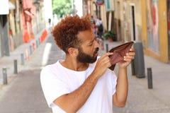 Étnico rompió al individuo con la cartera vacía al aire libre Fotos de archivo libres de regalías