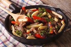 Étoffez avec des légumes et des pommes frites dans un horizont de plan rapproché de casserole Photos libres de droits