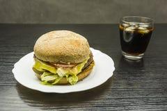 Étoffez l'hamburger et un verre de kola avec de la glace photographie stock