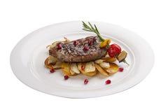 Étoffez le bifteck avec des pommes de terre d'un plat blanc photographie stock libre de droits