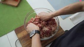 Étoffez le bol de viande hachée Le boeuf de mélange de main femelle a haché la viande dans la cuvette sur le conseil de marbre Vu clips vidéos