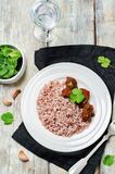 Étoffez le cuiseur lent avec du riz rouge et blanc et des verts Photographie stock