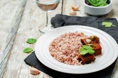 Étoffez le cuiseur lent avec du riz rouge et blanc et des verts Image libre de droits