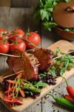 Étoffez le filet avec les tomates et le poivron doux sur une table en bois Photos libres de droits