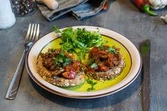Étoffez le mélange de viande avec les tomates et le poivre sur le pain frit, herbacé Grand dîner Photos libres de droits