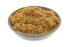 Étoffez le riz aromatisé dans une cuvette avec une fourchette Image libre de droits