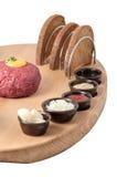 Étoffez le tartre avec du pain grillé et l'épice sur le fond blanc Image stock