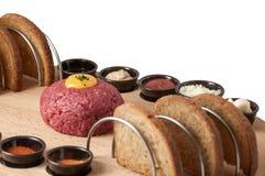 Étoffez le tartre avec du pain grillé et l'épice sur le fond blanc Photographie stock