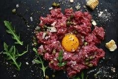Étoffez tartare - plat traditionnel de cuisine française Vue supérieure photographie stock