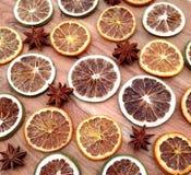Étoile Anises entouré par des tranches de fruits secs Photo stock