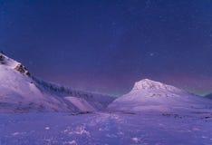 Étoile arctique polaire de ciel d'aurora borealis de lumières du nord en Norvège le Svalbard dans Longyearbyen les montagnes de l photos stock
