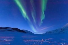 Étoile arctique polaire de ciel d'aurora borealis de lumières du nord en Norvège le Svalbard dans Longyearbyen les montagnes de l image libre de droits