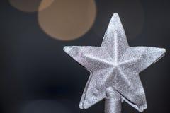 Étoile argentée de Noël avec un backgroun bleu froid brouillé image libre de droits