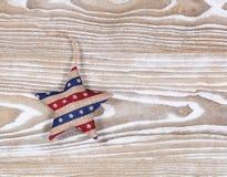 Étoile bourrée dans des couleurs traditionnelles des Etats-Unis sur les conseils en bois blancs Photos libres de droits