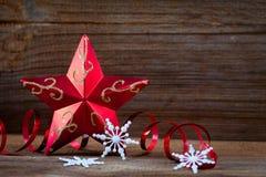 Étoile, cadeaux et bandes rouges sur le panneau en bois Photo stock