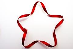 étoile Cinq-aiguë faite en ruban rouge de satin Photo stock
