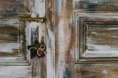 Étoile décorative de Noël accrochant sur la vieille poignée de porte Image stock