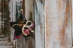 Étoile décorative de Noël accrochant sur la vieille poignée de porte Photographie stock libre de droits