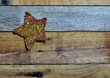 Étoile d'étincelle et de scintillement sur le bois de palette Photographie stock