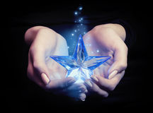 Étoile dans les mains photographie stock libre de droits