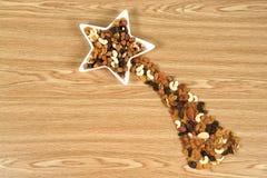 Étoile de comète faite d'écrous et nourriture sèche Photos libres de droits