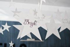 Étoile de décor avec le signe lumineux au salon de beauté Photographie stock libre de droits