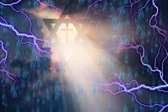 Étoile de David et croix dans la tempête Images libres de droits
