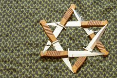 Étoile de David, hexagram sous forme de six poignards sur le fond du keffiyeh vert photo libre de droits