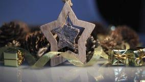 Étoile de jouet et décor en bois de Noël banque de vidéos