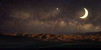 Étoile de manière laiteuse en paysage et lune de ciel nocturne, images libres de droits