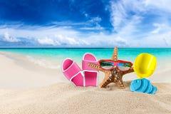 Étoile de mer avec les lunettes de soleil et les approvisionnements rouges de plage photographie stock