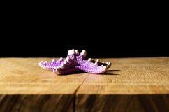 Étoile de mer sur la table en bois avec le fond noir photo stock