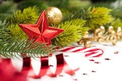 Étoile de Noël et toute autre décoration sur l'arbre Photos stock
